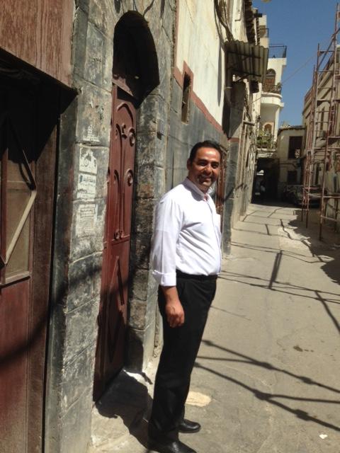 Le p. Elias Tabeth dans les rues de Bab Touma.