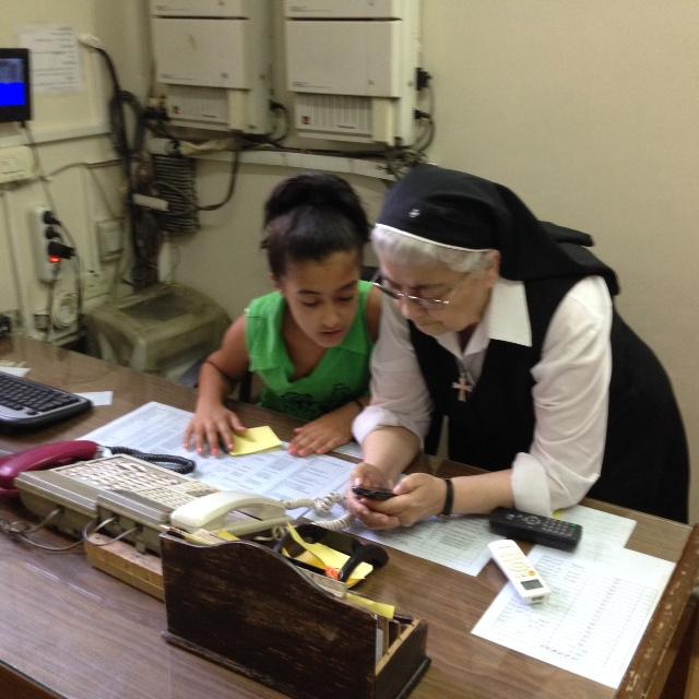 Soeur Odile, directrice du sanctuaire Saint Paul, avec la petite Marie, orpheline recueillie par les sœurs.